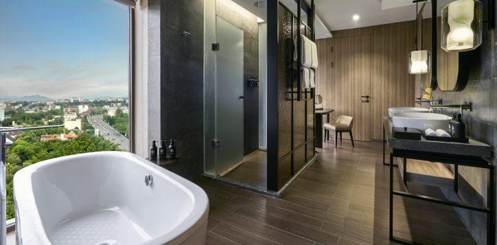junior-suite-bathroom-2
